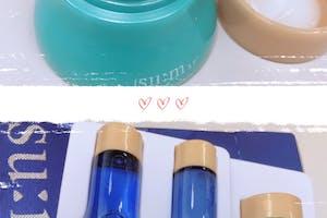 很開心能夠體驗su:m37全新升級系列的《活水潤澤酵能3件組》,謝謝美周報!3件組內含水凝露20ml+水凝乳20ml+水凝霜10ml,使用順序為水凝露→水凝乳→水凝霜。水凝露質地為較濃稠之化妝水,我會倒在化妝棉上擦拭全臉,夏天使用來說,會稍黏稠,但不會難吸收。水凝乳就是臉部保濕乳液,有基本的保濕度,很好吸收。最後一步驟的水凝霜可以幫助鎖水,但夏天的話,對於混合偏乾肌膚的我,覺得水凝露+水凝乳已經足夠,稍微乾的時候再使用水凝霜即可。整組使用下來,肌膚保濕度提升,還有淡淡的香味,很療癒!
