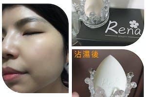 感謝美周報及Rena Beautyland提供此次試用,試用為 Rena Beauty 超貼妝美妝蛋,對美妝蛋很熟悉的我很期待這次試用,且美妝蛋上特別印製了精緻的Rena小花logo可愛極了,而且蛋架是造型很美的玻璃皇冠很少女心。 Rena美妝蛋毛孔較細緻,沾濕後較Q彈偏軟,使用感觸非常非常柔嫩舒服親膚,為了測試我拿了較乾難上妝的粉底液使用,結果上妝不但效果很好超服貼,妝感自然很有光澤,宛如天生皮膚就這麼好,而且美妝蛋很神奇的不太吃粉,CP值超高,還有本身是敏感膚質,使用上沒有敏感反應,真心推薦給大家,一定要試試,真的很喜歡💕! #美妝試用 #美周試用 #美妝蛋 #貼妝必備 #RenaBeauty #RenaBeauty超貼妝美妝蛋 Renasbeautyland ibeautyreport 美周報 我的社群分享在這https://www.instagram.com/p/CK8icfSFCqw/?igshid=tq6hxir47lql