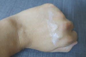 此次試用的SOFINA  jenne 飽水控油雙效日間防護乳<美白>防曬係數有SPF50+ PA++++,以現在紫外線這麼強的日子似乎是標準配備了,而且暑假到了,戶外活動也變多,輕爽不油膩的防曬就很重要,產品很好推勻,也沒有粘膩的感覺,就算流了汗補擦也不會覺得不舒服,;晚上再用飽水控油雙效化妝水<美白>來補充缺水的肌膚,剛好的保濕度也舒緩了曬後的肌膚。