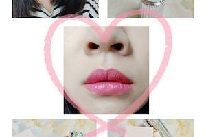 好美的包裝.第一次使用這牌的唇膏..口紅瓶身是塑膠質感但還是很美...  這隻色號是05 好美屬於桃粉紅色調 擦上去很顯白,今天上班就立刻拿出來使用!!!!!! 很滋潤不顯唇紋耶...好抹...這是一層的顏色就很飽和了 是我喜歡的桃粉紅調...這樣感覺好顯白  唇膏一抹好顯色喔!很滋潤感耶!顏色是很顯白的桃粉調?? 不太掉色這點滿優秀,就算掉色了也不會好像嘴唇瞬間無光澤依然紅潤唷! 立刻有氣色了!!!!!!!!!!!! 很訝異的是...不太會掉色唷!!!!  吃完早餐唇色還很漂亮只是變霧感... 就算掉色了..也不會讓唇色感覺沒血色...很優秀!!!! 喜歡!!!推推